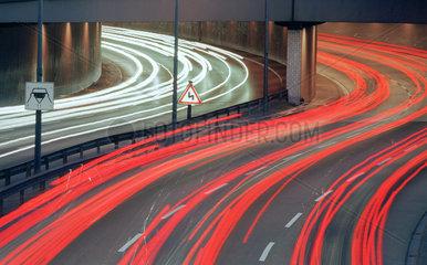 Lichtspuren von Fahrzeugen auf der Stadtautobahn in der Daemmerung