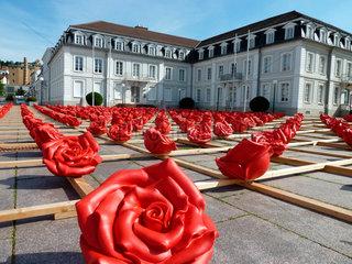 Zweibruecken  Deutschland  1000 Rosen fuer Zweibruecken von Ottmar Hoerl vor dem Amtsgericht Zweibruecken