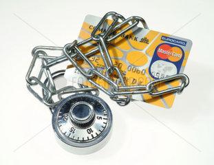 Eine mit einer Kette umwickelte Kreditkarte