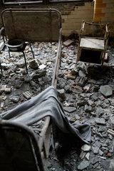 Beelitz-Heilstaetten  Deutschland  ein altes Gestell eines Krankenbettes steht auf Schutt