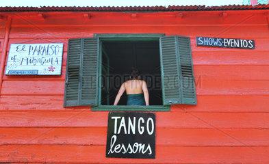 Buenos Aires  Argentinien  Frau am Fenster einer Tangotanzschule