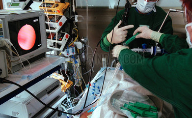 Luftroehrenuntersuchung mit Endoskop und Monitor bei einem Patienten