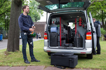 Berlin  Deutschland  Dirk Sattel  Tatortfotogarf  praesentiert die Drohne der Berliner Polizei
