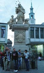 Poznan  Polen: Heiligenskulptur mit Fussballfans
