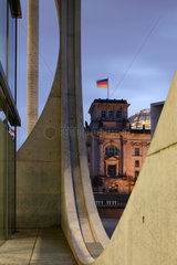 Berlin  Deutschland  Marie-Elisabeth-Lueders-Haus und der Reichstag