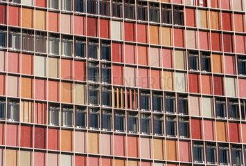 Fassadendetail mit rotfarbigen Sonnenblenden