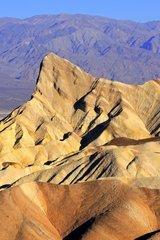 farbige Gesteinsformationen bei Sonnenaufgang am Zabriske Point  Death Valley Nationalpark  Kalifornien  USA