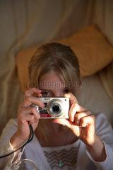 Canyamel  Spanien  ein Maedchen macht ein Digitalfoto