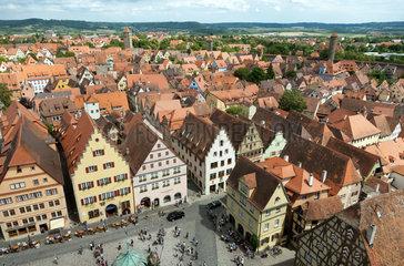 Rothenburg ob der Tauber  Deutschland  Blick vom Rathausturm auf den Marktplatz