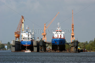 Zwei Schiffe im Trockendock der Emder Nordseewerke GmbH