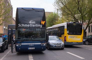 Berlin  Deutschland  Reisbus vor einem Hostel Hotel