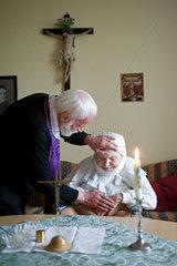 Heitersheim  Deutschland  ein Priester bei der Krankensalbung