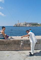 Havanna  Kuba  Angler am Malecon