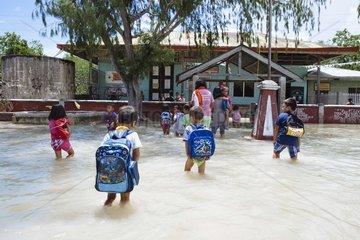 Schulkinder in einer ueberfluteten Schule in der Inselgruppe vor Bohol