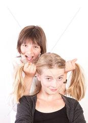 Deutschland  ein Maedchen rauft die Haare ihrer Schwester