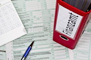 Ordner mit Unterlagen fuer das Finanzamt