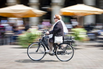 Fahrradstadt Muenster - Radfahrer in der Innenstadt am Prinzipalmarkt