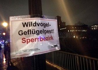 Warnschild vor Gefluegelpest in Berlin