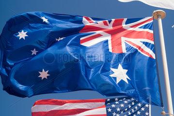 Frankreich  wehende australische und amerikanische Flagge