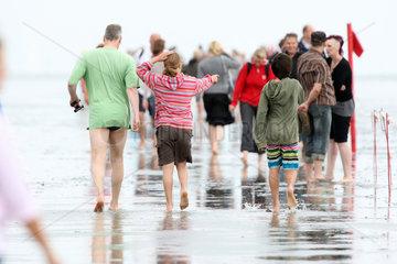 Cuxhaven  Deutschland  Menschen laufen durch das Wattenmeer
