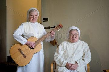 Heitersheim  Deutschland  eine Schwester spielt Gitarre
