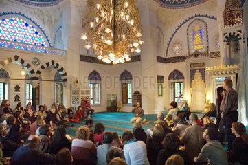 Berlin  Deutschland  Besucher der Sehitlik Moschee am Tag der offenen Tuer