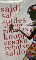 Hong Kong  China  Plakat Schlussverkauf in verschiedenen Sprachen