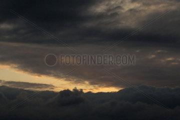 Berlin  Deutschland  Cumuluswolke (vorn) und Stratuswolken bei Daemmerung