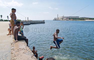 Havanna  Kuba  Kinder baden am Malecon