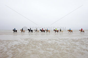 Sankt Peter-Ording  Deutschland  Reiter am Strand