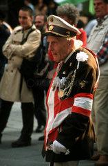 Aeltere Mann mit Uniform