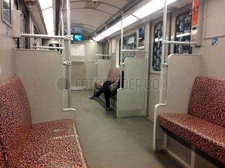 Frau sitzt alleine in U-Bahn