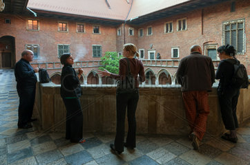 Krakau  Polen  Besucher an der Jagiellonen-Universitaet