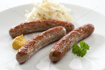 Riedlingen  Deutschland  Nuernberger Wuerstchen mit Sauerkraut und Senf