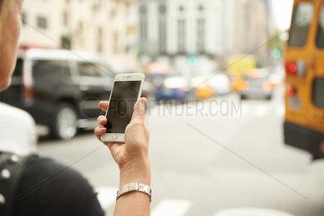 Junge Frau mit Smartphone in New York