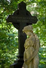 Stahnsdorf  Deutschland  Statue einer Frau mit Kreuz auf dem Suedwestkirchhof Stahnsdorf