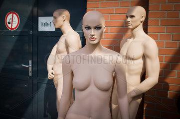 Berlin  Deutschland  unbekleidete Modepuppen stehen vor der Halle einer Modemesse