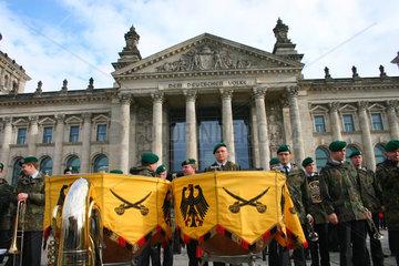 Militaerkapelle der Bundeswehr vor dem Reichstag