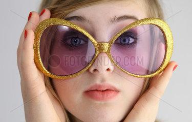 Berlin  Deutschland  Maedchen mit grosser Sonnenbrille im Portrait