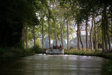 Beziers  Frankreich  ein Hausboot auf dem Canal du Midi