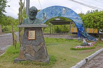 Denkmal fuer Charles Darwin  Insel Santa Cruz  Galapagos  Unesco Welterbe  Ecuador  Suedamerika