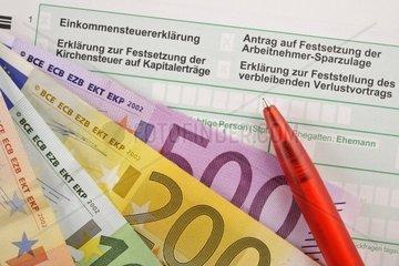 Symbolbild Einkommenssteuererklaerung  Erklaerung zur Festsetzung der Kirchensteuer auf Kapitalertraege  Antrag auf Festsetzung der Arbeitnehmer-Sparzulage  Erklaerung zur Feststellung des verbleibenden Verlustvortrags  EURO-Banknoten  Faecher  Geldscheine  Kugelschreiber