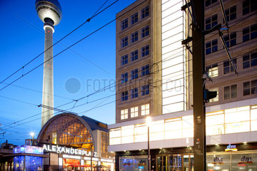 Berlin  Deutschland  Bahnhof Alexanderplatz mit dem Fernshturm und dem Haus Berolina
