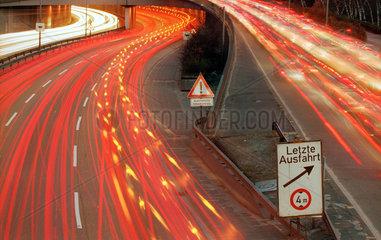 Lichtspuren von Fahrzeugen auf der Stadtautobahn bei Nacht