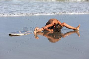 Cocoa Beach  USA  Junge ist am Strand von seinem Surfbrett gefallen