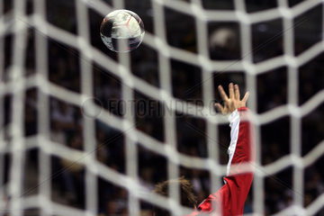 Magdeburg  Deutschland  Symbolfoto  Handball fliegt auf ein Handballtor zu