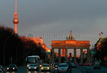 Berlin  Brandenburger Tor im Abendlicht