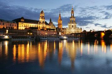 Dresden  Die angestrahlte Dresdner Altstadt bei Nacht