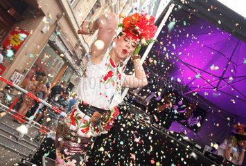 Berlin  Deutschland  tanzende Besucher auf dem MyFest in Kreuzberg