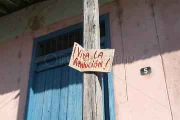 Santiago de Cuba  Pappschild mit der Aufschrift -Viva la revolucion-
